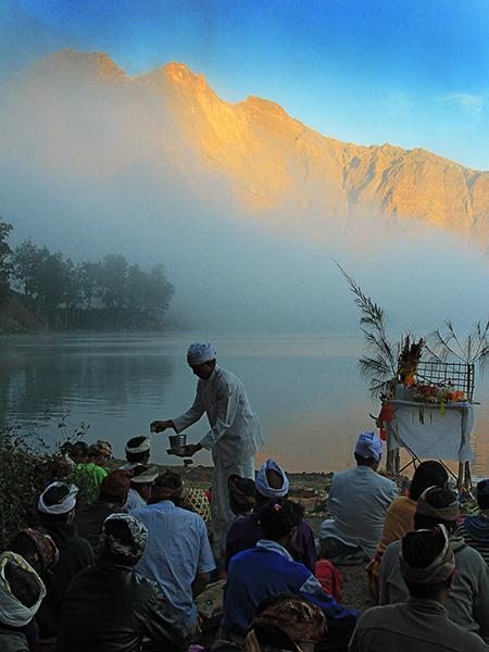Hindu worship rituals, Segara Anak lakeside...
